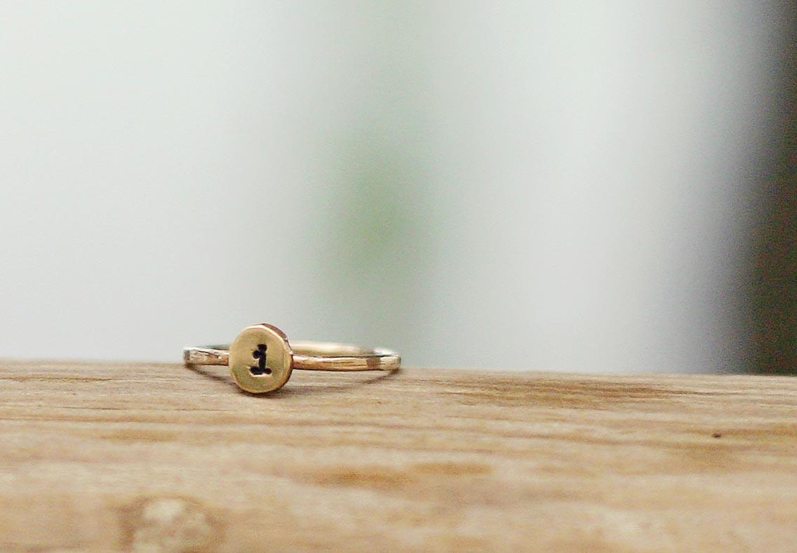 anello con lettere in oro