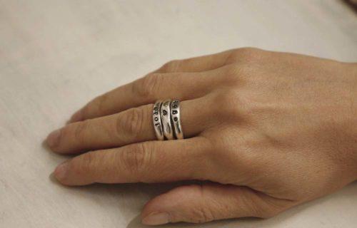 anelli con nome indossati