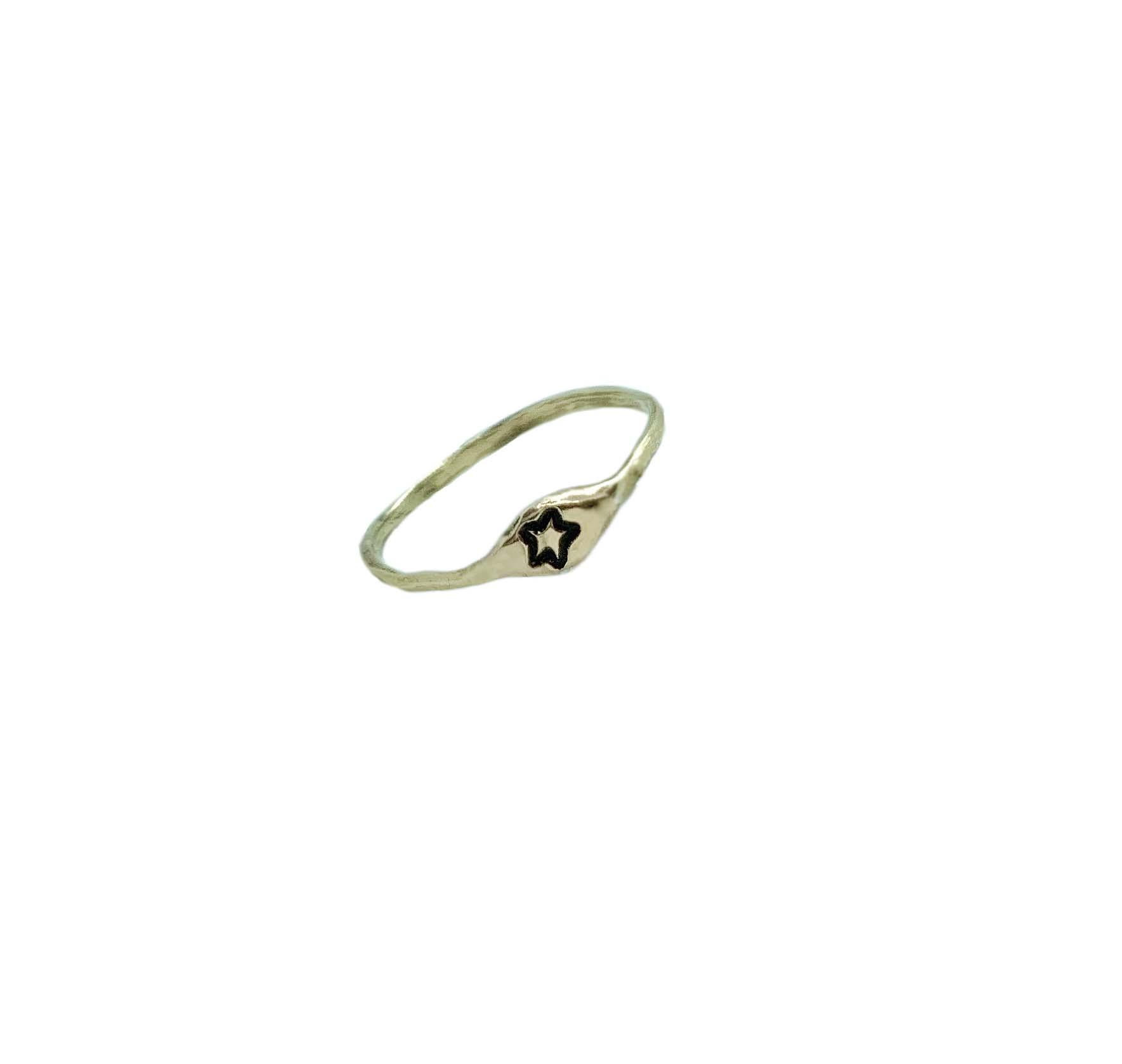 anello con iniziale